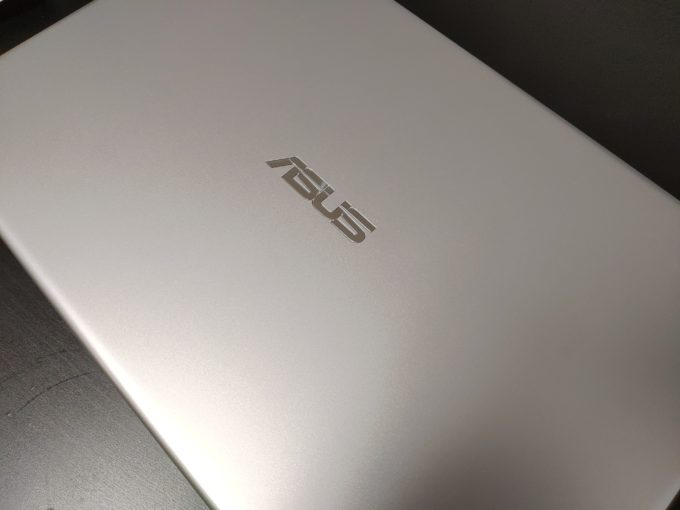 VivoBook 15 X512FA ASUSロゴ